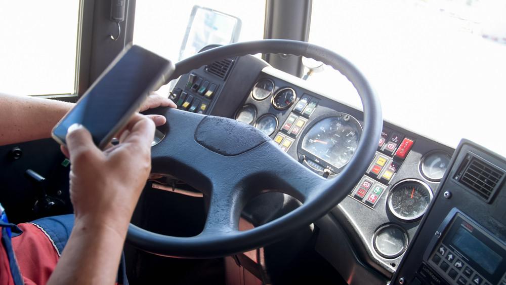 Một tài xế xe tải đang sử dụng phần mềm trong quá trình giao nhận