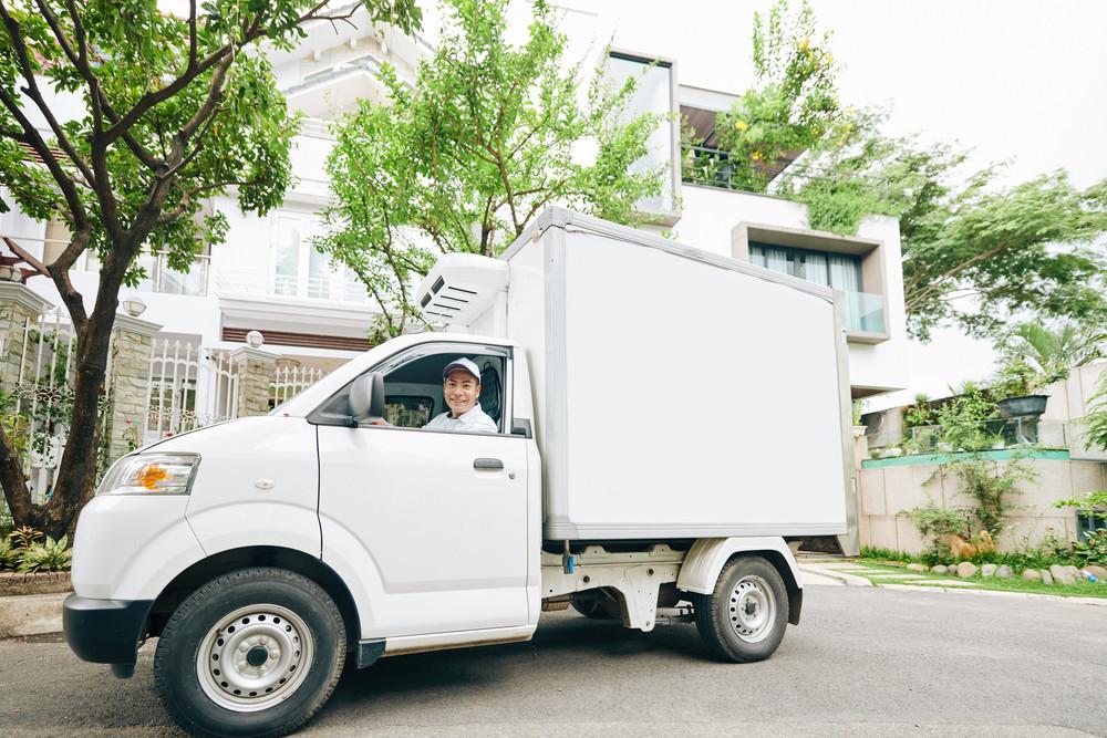 Một xe tải chở sữa cỡ nhỏ