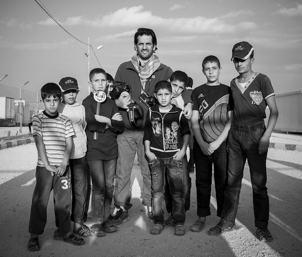 الفوتوغرافي علي خليفة بن ثالث مع الأطفال السوريين في المخيم الإماراتي الأردني للاجئين شمال الأردن