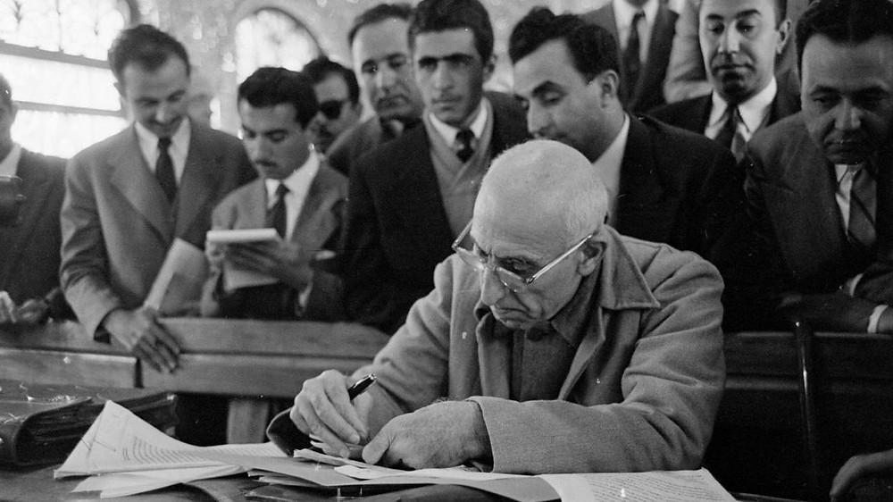 محمد مصدق محامياً ومؤلفاً وبرلمانياً بارزاً قبل أن يصبح رئيسا لوزراء إيران في 1951