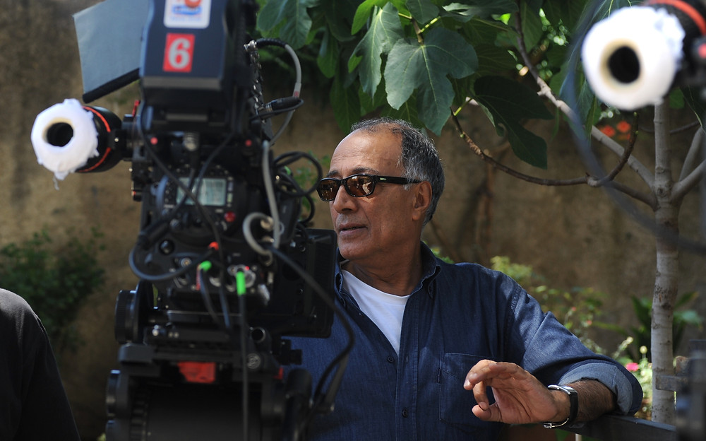عباس كيارستمي، مخرج سينمائي إيراني عالمي شهير وكاتب سيناريو ومنتج أفلام ومصور. عمل في مجال صناعة الأفلام منذ عام 1970، عمل في أكثر من 40 فيلما عالميا بما فيها أفلام قصيرة ووثائقية، حقق نجاحاً في لفت الانتباه والنقد بأفلامه خصوصاً ثلاثي كوكر وطعم الكرز وستحملنا الريح. يُعرف كيارستمى بأنه مخرج عالمى وكاتب سيناريو ومنتج أفلام بالإضافة إلى أنه عمل كـ شاعر ومصور ورسام ومصمم جرافيك.