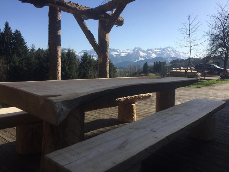 Tisch mit Bänken.jpg