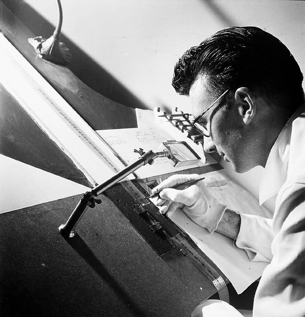 Norman_McLaren_drawing_on_film_-_1944.jp