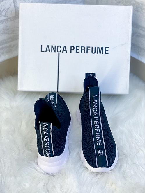 Tênis lança perfume preto