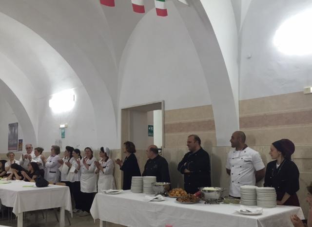 Nella sala mensa del Convitto di Chieti Filippo Cogliandro riceve l'accoglienza dei suoi ospiti. Ottima cena per un grande valore.
