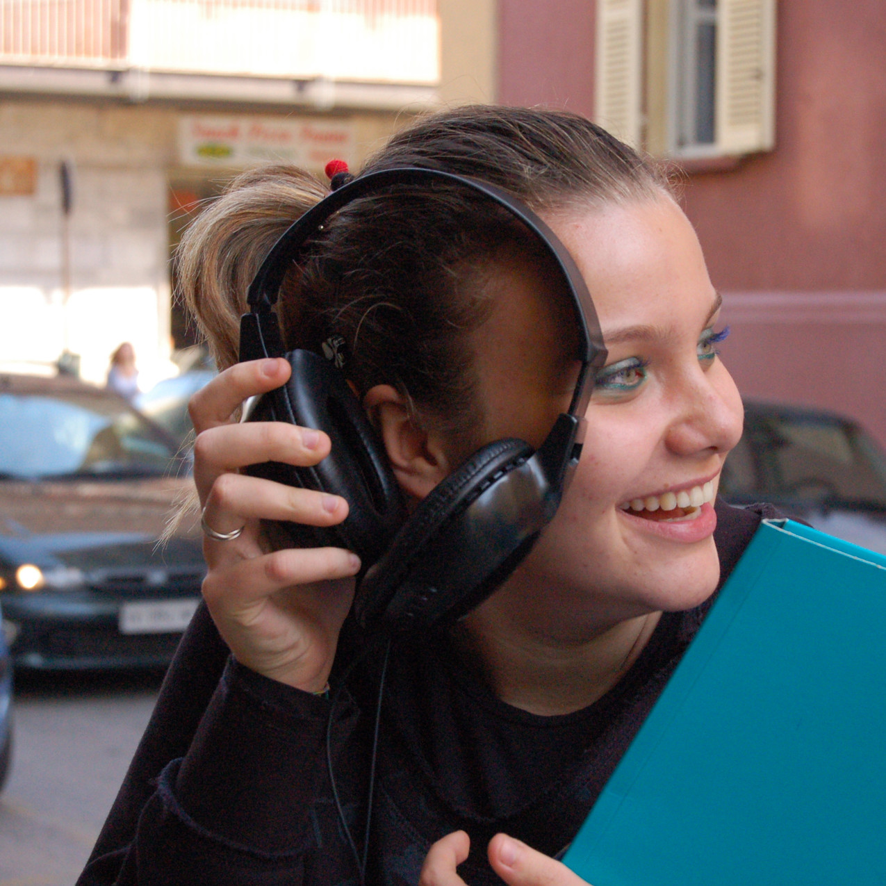 Diletta Zuccarini prova le cuffie
