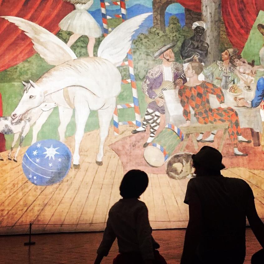 Un papà spiega al figlio l'opera. Foto: E. Monetti