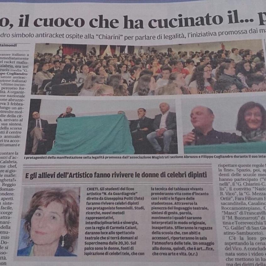 """La pagina del quotidiano """"il Centro"""". In foto i ragazzi, lo chef e la Dirigente del Convitto di Chieti, Giuseppina Politi, che ha ospitato la cena dello chef Cogliandro."""