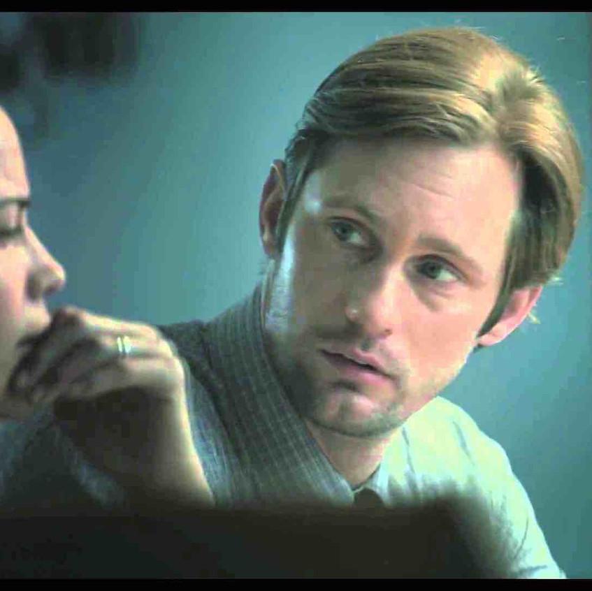 Tra gli attori e la mdp c'è un ostacolo visivo, probabilmente uno schermo di un computer o di un televisore