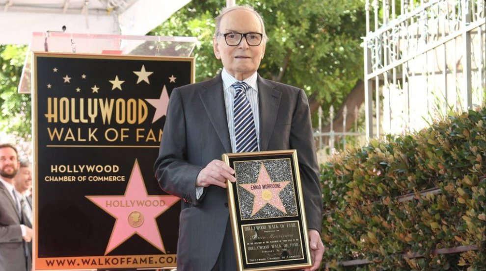 Ennio Morricone con la stella nella celebre via di Hollywood