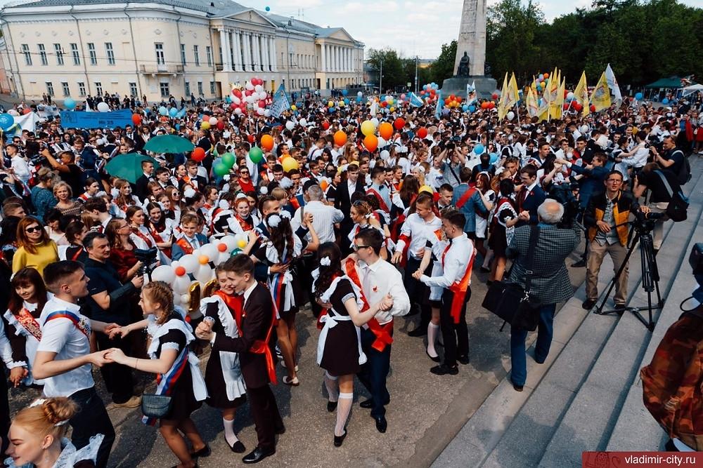 احتفال بمناسبة تخرج الطلاب في نهاية العام الدراسي في روسيا