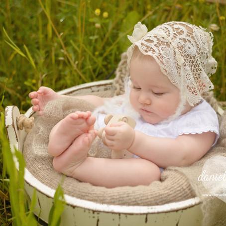 Lena | 6 Monate | natürliche Babyfotos im Freien