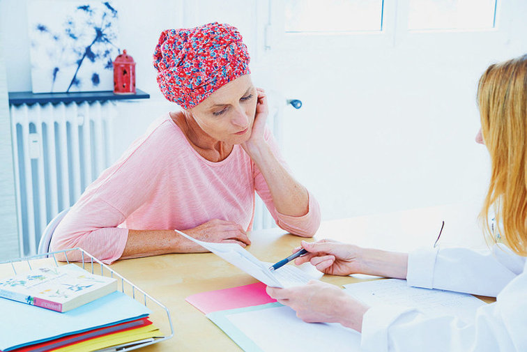 Femme-atteinte-cancer-discutant-avec-med