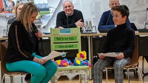 Rijkevorselse kinderklimaatambassadeur  overhandigt klimaatstoel aan burgemeester en gemeenteraad