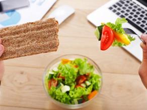 Zo ongezond is lunchen aan je bureau