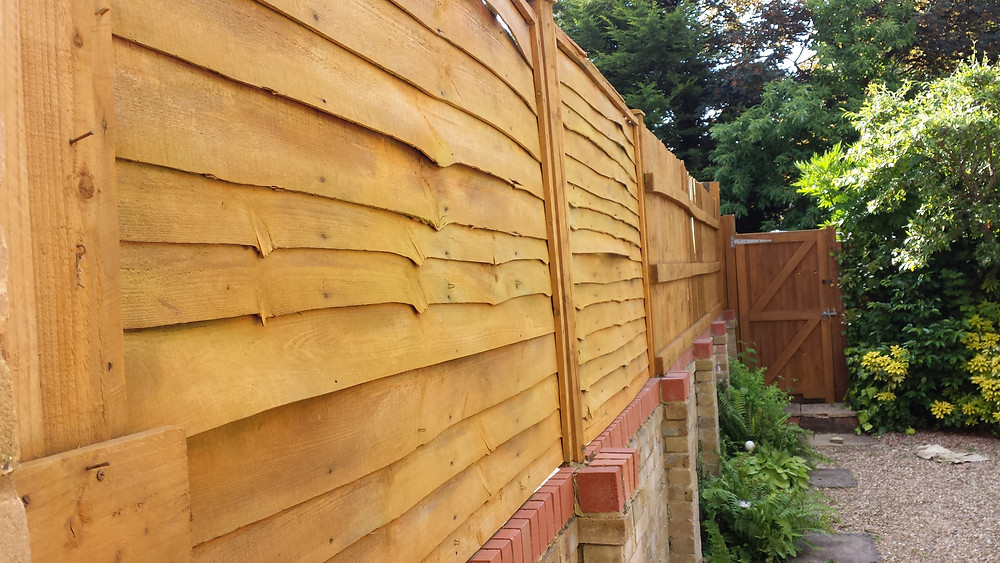 Fence wall with fence panels