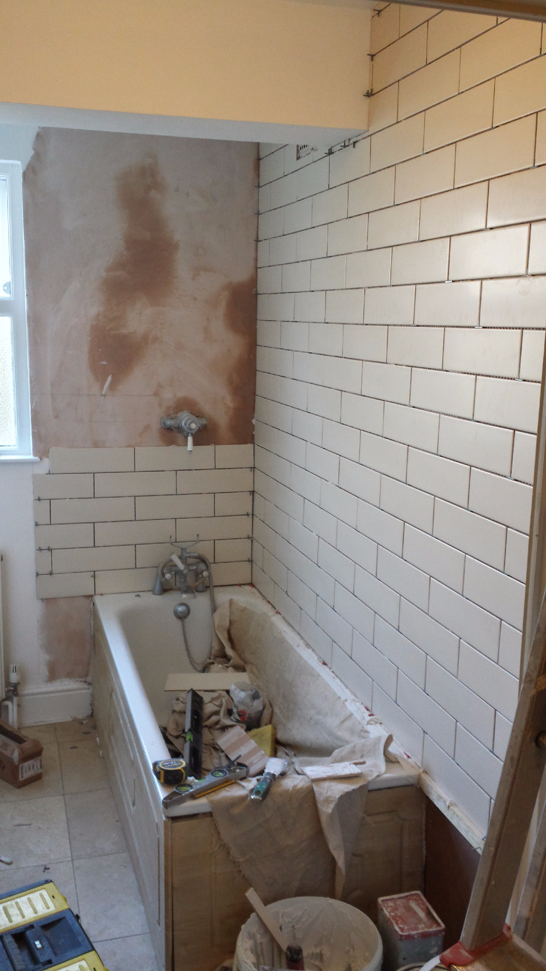 Tiling bathroom walls with retro tiles