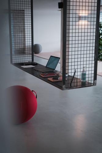 Empfangsbereich mit rotem Ball