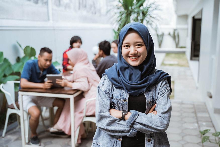 muslim-woman-crossed-her-arm-smiling_res