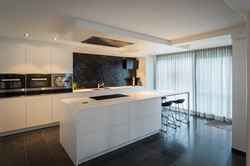 wit-zwarte keuken met Corian-blad