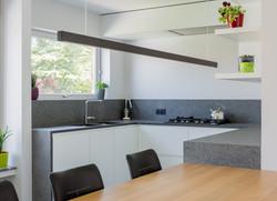 Keuken_met_tafel_geïntegreerd_2
