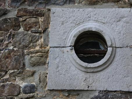 Haakbus en kanon gaten muren Kasteel Borgharen