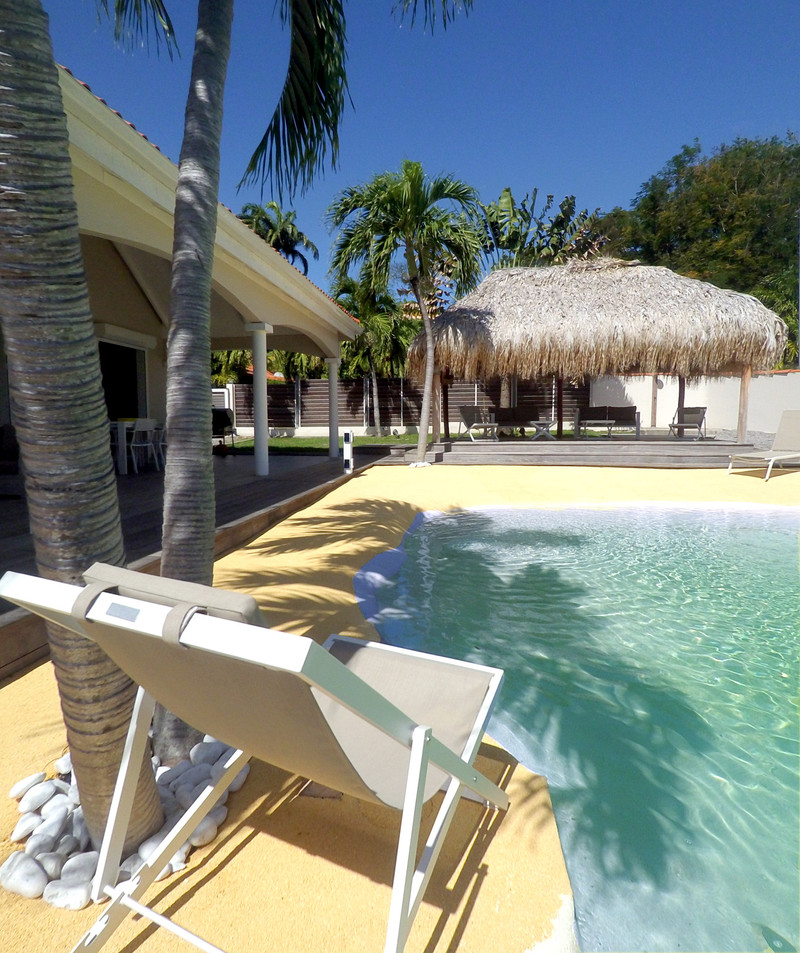 villa-carouge-martinique-piscine-chaise-