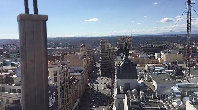 En las alturas de la Gran Vía de Madrid haciendo unas separaciones de oficina