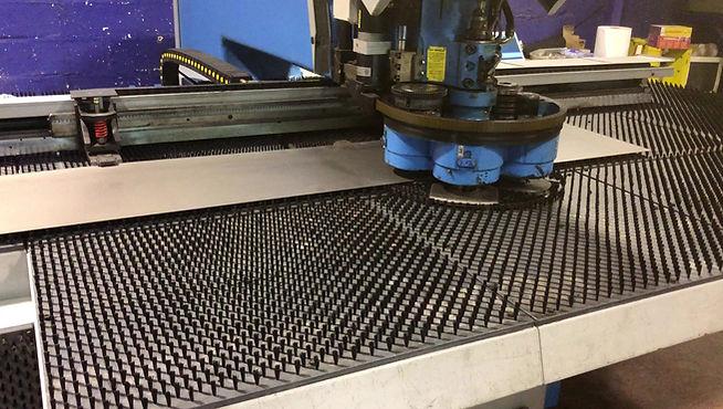 Nuestra punzonadora CNC en acción