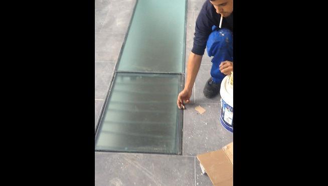 Vidrio pisable con practicable con asistencia neumática y reja