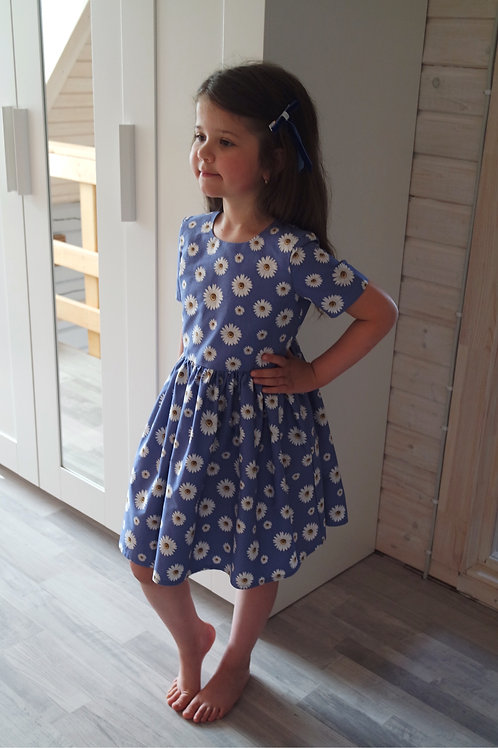 Нарядное платье Ромашки на темно-синем фоне
