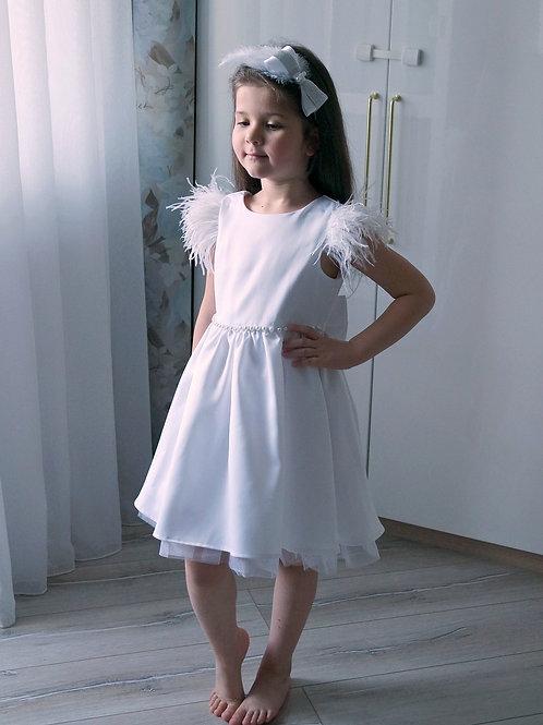 Белое нарядное платье с фатином, бусинами и перьями
