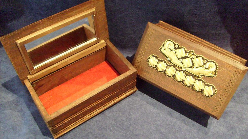 203 - Kutija za nakit ukrašena zlatovezom