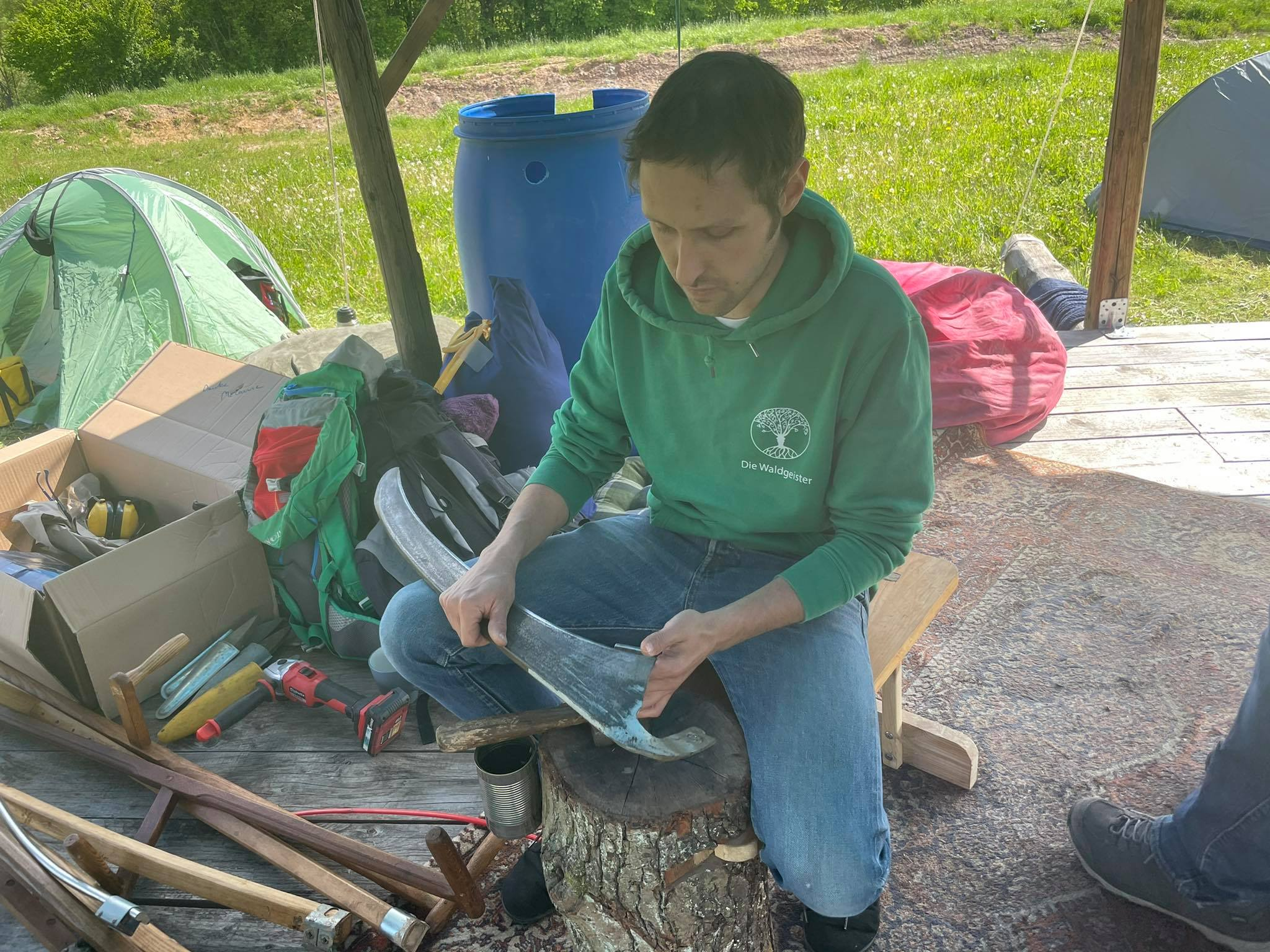 Sensenkurs beim Malina Waldgarten