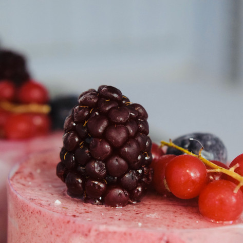 PASTISSERIA: pastissos semifreds diversos, braç de gitano farcit de nata, de crema i tiramisú.
