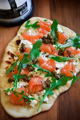 Naan con salmon, queso fresco y alcaparras