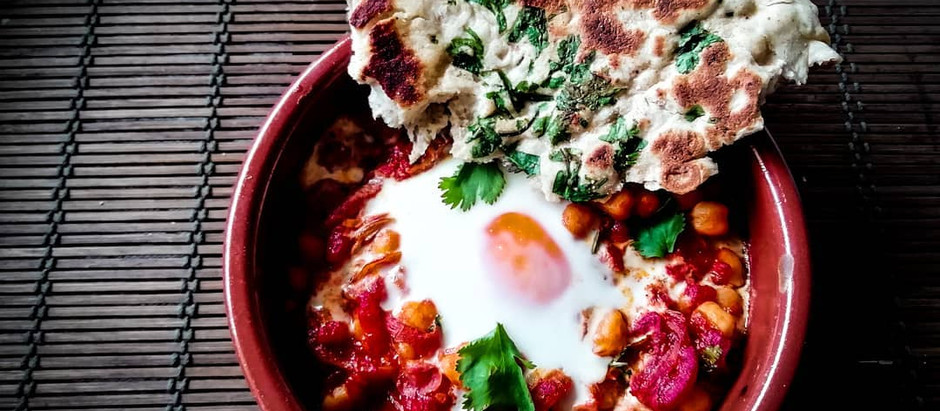 Huevos con garbanzos y harissa
