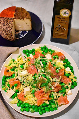 Ensalada de guisantes con salmon y queso de cabra