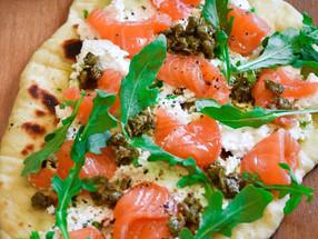Naan con salmón, queso fresco y alcaparras