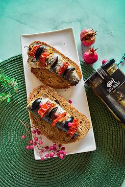 Tosta de sardina con tomate seco
