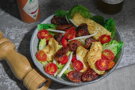 Ensalada con chorizo y queso latino