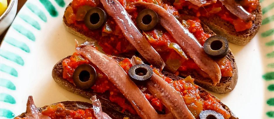 Tosta de pisto con anchoas