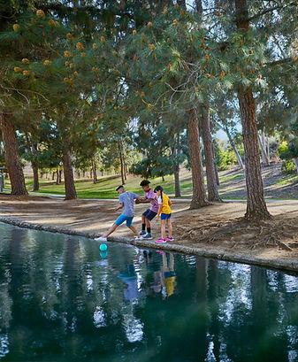 Children dangerously close to lake water