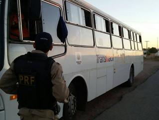 PRF retém dois ônibus da empresaTRANS-FÁCIL explorando linha sem permissão.
