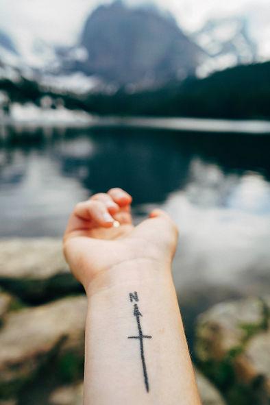 Poignet de femme arborant un tatouage de rose des vents