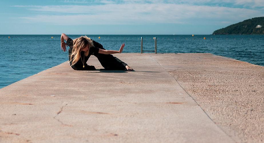 Claire Peltier en position de Qigong devant la mer