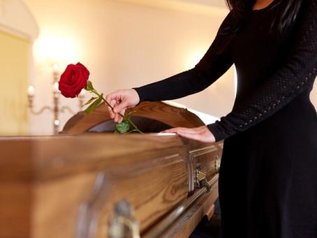 Serviço funerário para cremação ou sepultamento, há diferenças?
