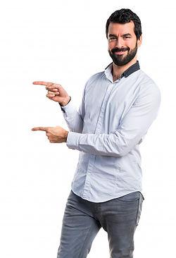 homem-apontando-para-o-lateral_1368-1637