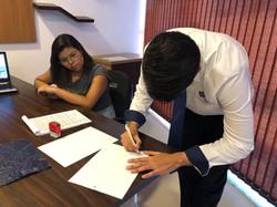 Assessor assinando o contrato.