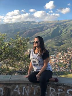 Isadora contemplando Cochabamba.